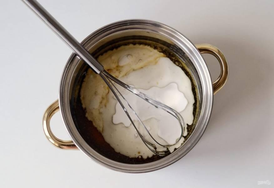 Затем влейте кокосовое молоко. Проварите карамель несколько минут, чтобы не оставалось комочков. В конце добавьте ванильный экстракт и соль.