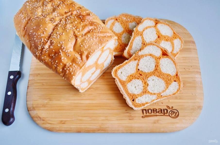 18. Достаньте хлеб из духовки, дайте ему остыть в форме. Готово! Нарезайте ломтиками — и к столу!
