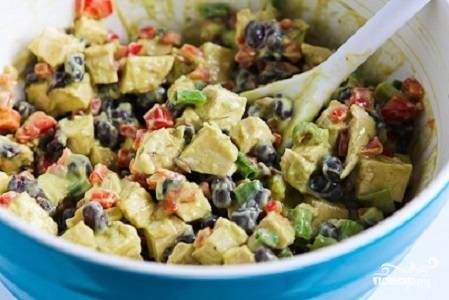 8. Добавьте другие ингредиенты и оставшийся соус. Все как следует перемешайте. Отправьте минут на 15 в холодильник. Вот и все, салат с бобами и курицей в домашних условиях можно подавать к столу.  Приятного аппетита!