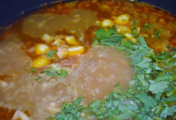 Включите режим «Суп» и готовьте полтора часа. В готовый суп бросьте чеснок и зелень и дайте настояться перед подачей на стол минут 10.