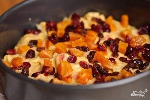7. Сверху рекомендую дополнить творожный пирог в духовке в домашних условиях сухофруктами, цукатами и орешками. Отправьте в разогретую до 180 градусов духовку и выпекайте около 40-45 минут.