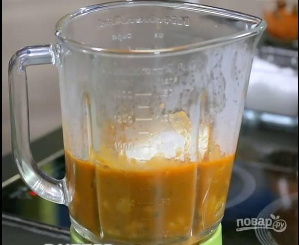 Переложите суп в блендер, добавьте сливочное масло и пробейте до однородной смеси.