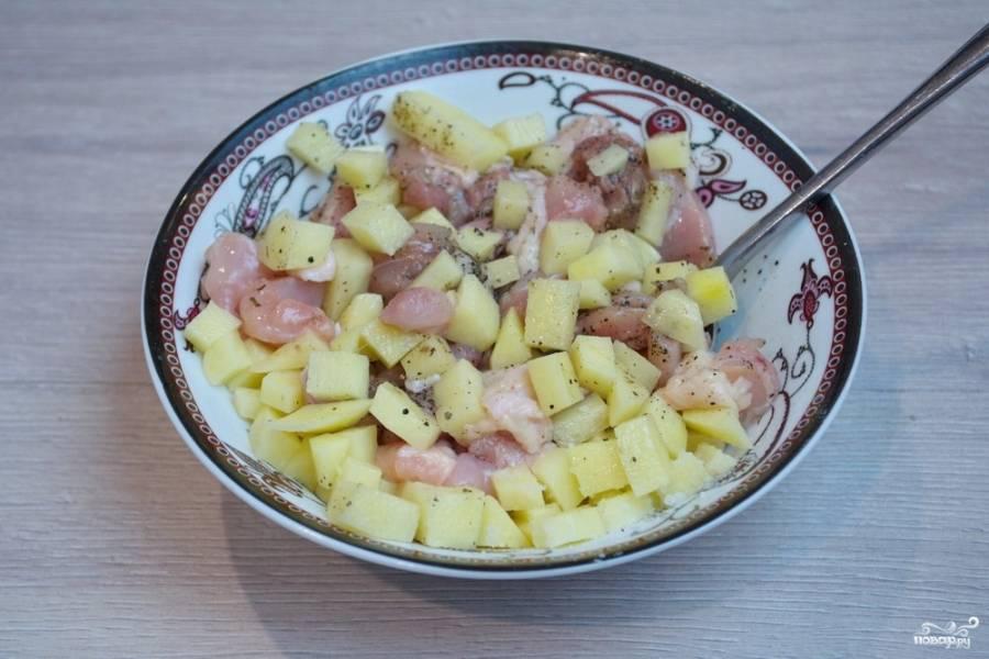 3. Репчатый лук нарежьте кубиком. Смешайте картофель, мясо и лук. Приправьте солью и специями.