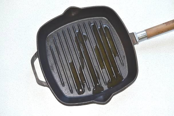 На сковороде гриль разогрейте растительное масло.