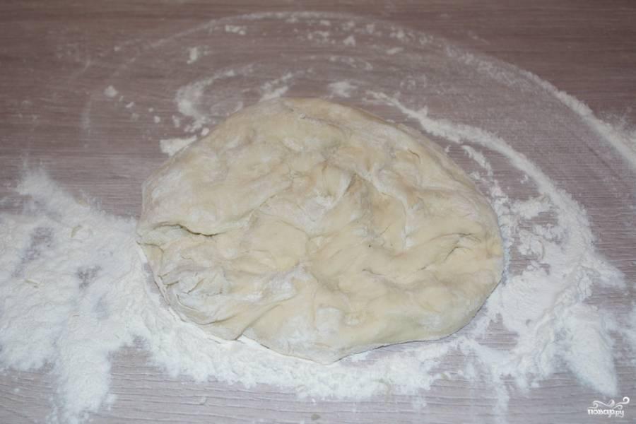 """Для приготовления пирога нам нужно дрожжевое готовое тесто. Тесто """"припудрите"""" мукой и разомните руками немного."""
