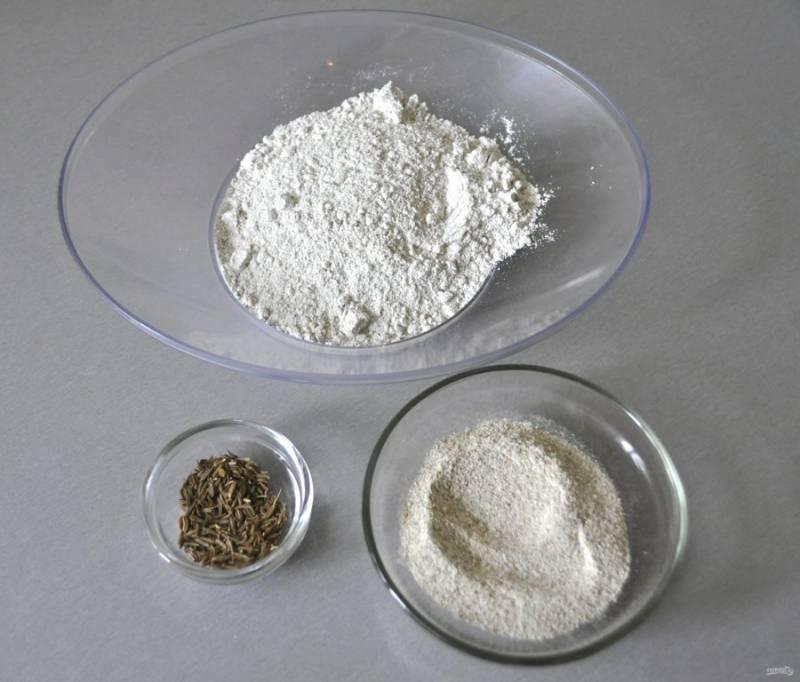 Сначала займитесь подготовкой ржаной осахаренной заварки. Для этого потребуется 175 грамм ржаной муки, 1 чайная ложка тмина, 35 грамм ржаного неферментированного солода.