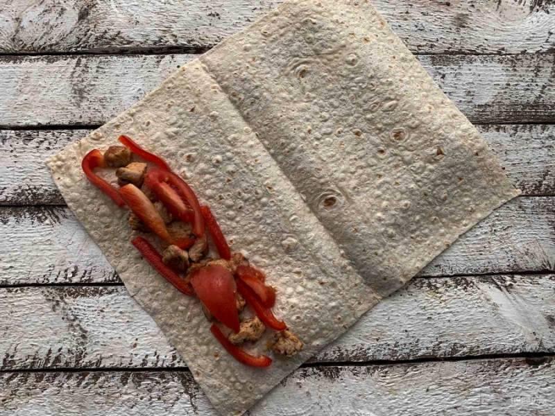 Сладкий перец и помидор хорошо помойте, нарежьте соломкой, и выложите сверху курицу.