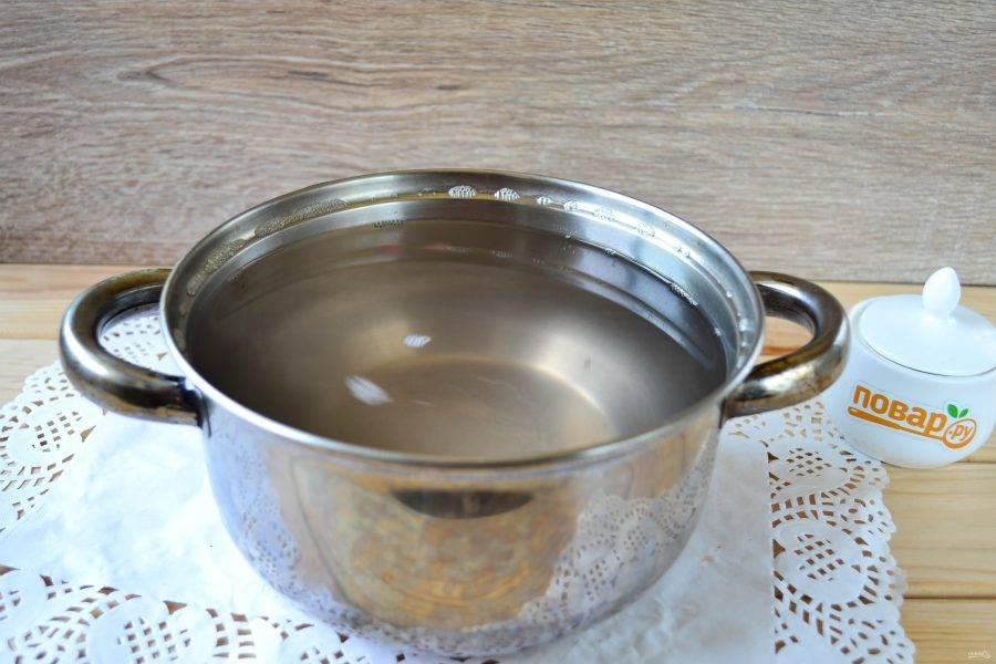 К воде, которую слили второй раз, добавьте соль и сахар. Доведите до кипения, затем снимите с огня и добавьте уксус.