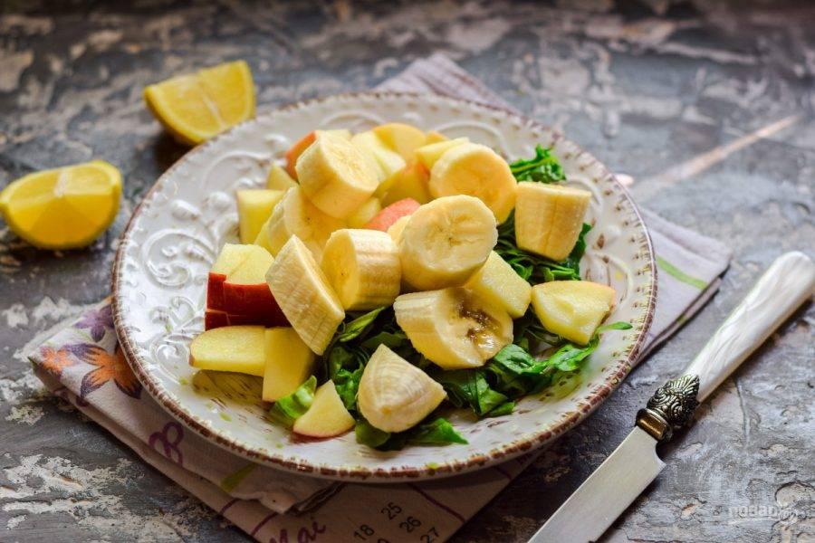 Очистите банан, нарежьте кусочками и добавьте ко всем ингредиентам.