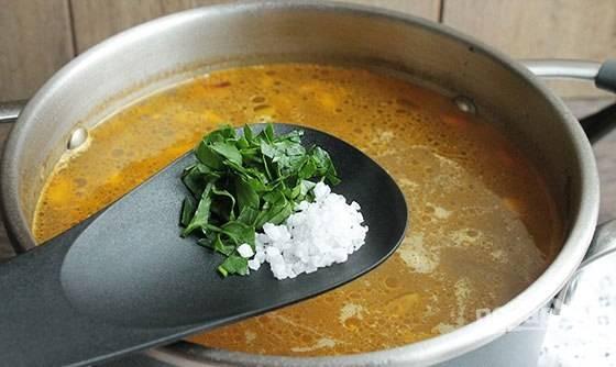 И не забудьте достать из супа крупную морковь, половинку лука и сельдерей. А также добавьте нашинкованную зелень и соль.