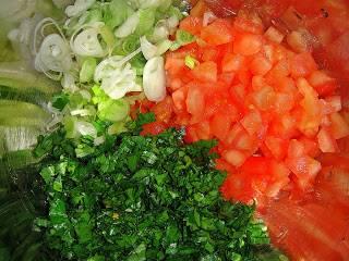 Порезать мелко овощи.