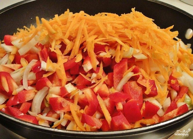 Все нарезанные овощи складываем в глубокую сковородку в небольшое количество масла и обжариваем на среднем огне.