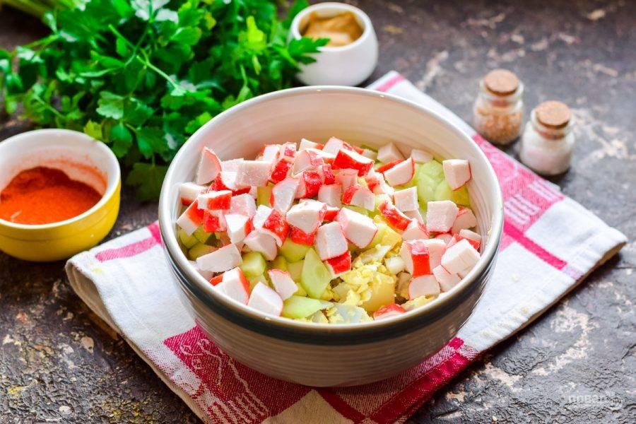 Нарежьте кубиками крабовые палочки, добавьте к остальным ингредиентам.