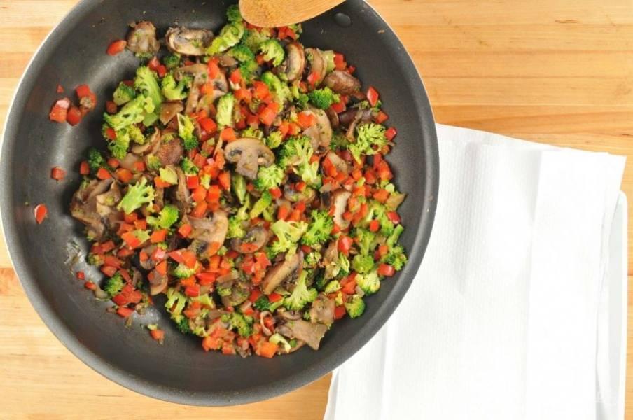 2. Затем разогрейте на сковороде масло. Выложите в него шампиньоны, перец, лук и брокколи. Обжаривайте ингредиенты 7 минут, помешивая. В конце всыпьте соль и перец. Потом смешайте смесь со сковороды с сырной массой.