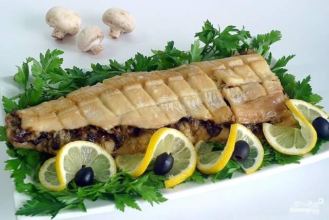 Остается только переложить щуку в сервировочное блюдо и украсить. У меня стандартный набор - зелень, лимон, черные оливки. Приятного аппетита!
