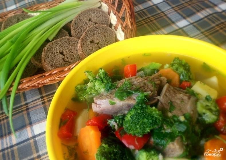 Добавить брокколи и перец. Готовить еще 2-3 минуты, после чего поперчить, вернуть в суп снятое с костей мясо, выключить огонь и дать супу отдохнуть под крышкой 10-15 минут. Подавать горячим, посыпав зеленью. Приятного аппетита!