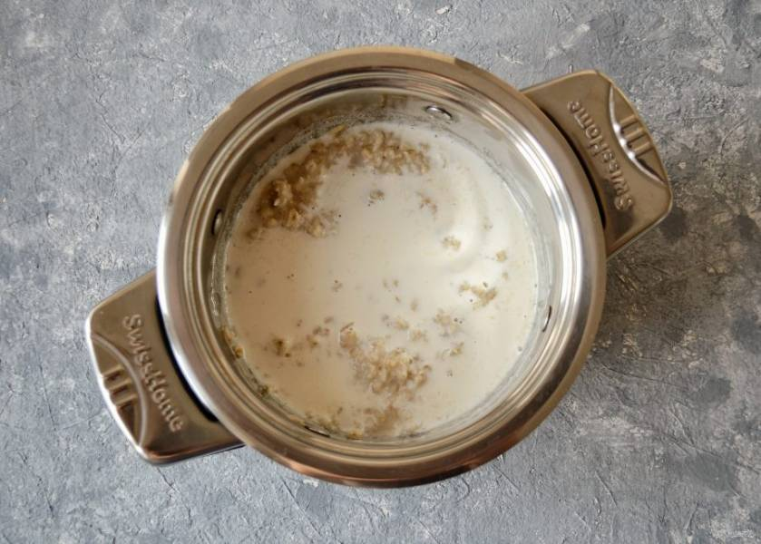 Влейте миндальное молоко и сироп агавы, перемешайте. Капните немного ванильного сиропа. Продолжайте варить ещё 5 минут.