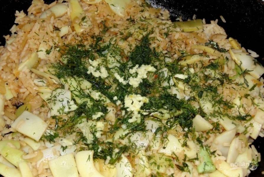 Потом к луку добавьте фасоль с соевым соусом. Жарьте ингредиенты вместе 2-4 минуты, помешивая. Далее добавьте рис, измельчённый чеснок и укроп. Готовьте блюдо 3 минуты, перемешав.