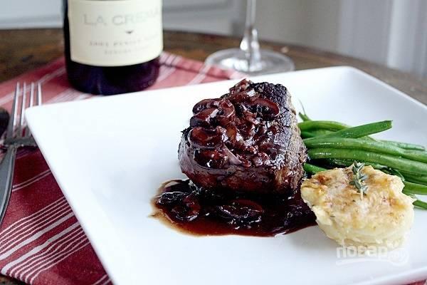 6. Томите соус минут 5-8, затем полейте им мясо и сразу же подавайте к столу. Приятного аппетита!
