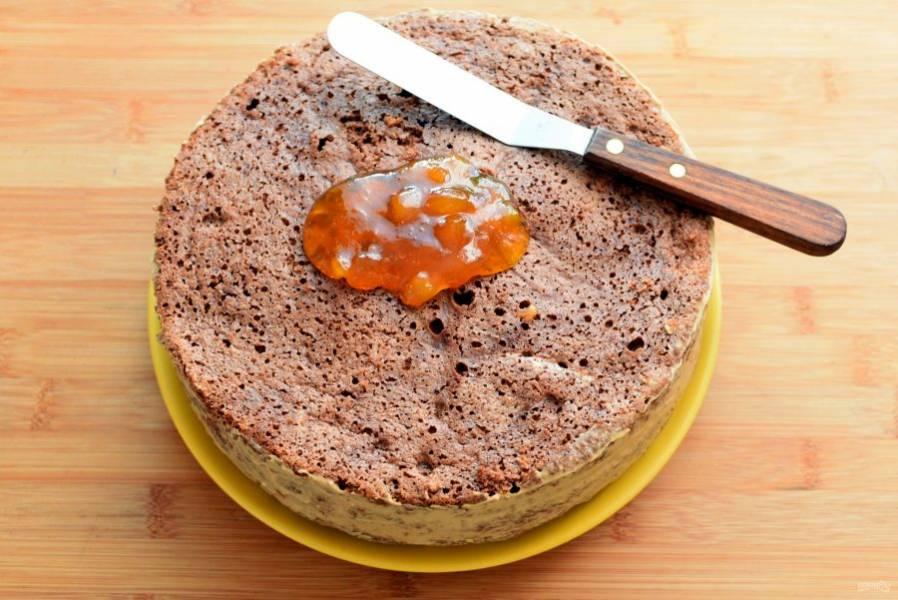 Верхний корж смазать апельсиновым джемом, желательно однородным, без кусочков. Если в наличии с кусочками, процедите через сито или пробейте блендером. Уберите торт в морозилку минут на 15-20.