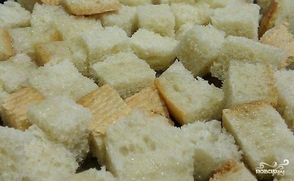Я иногда добавляю в суп сухарики. Для этого нам необходимо нарезать хлеб на кубики и подсушить его в духовке, можете использовать для этого отрубной хлеб. Когда суп будет готов, разливаем его по тарелкам и посыпаем сухариками. Приятного вам аппетита!