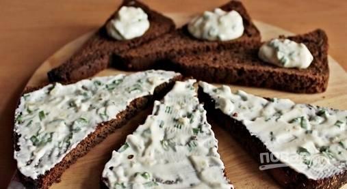 Дождитесь, пока подсушенные ломтики хлеба остынут. Затем намажьте на них соус из майонеза, чеснока и зеленого лука.