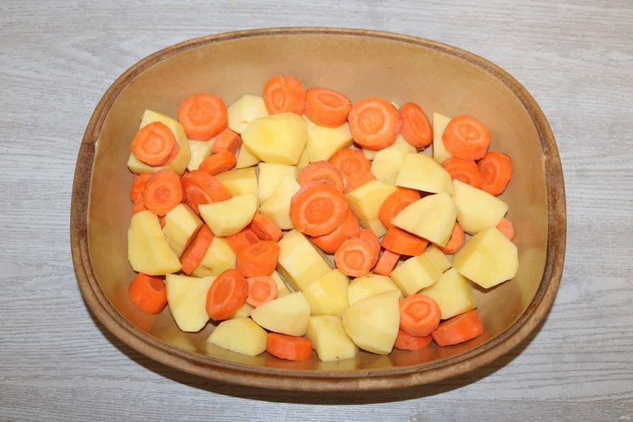 В форму для запекания выложите морковь и картофель.