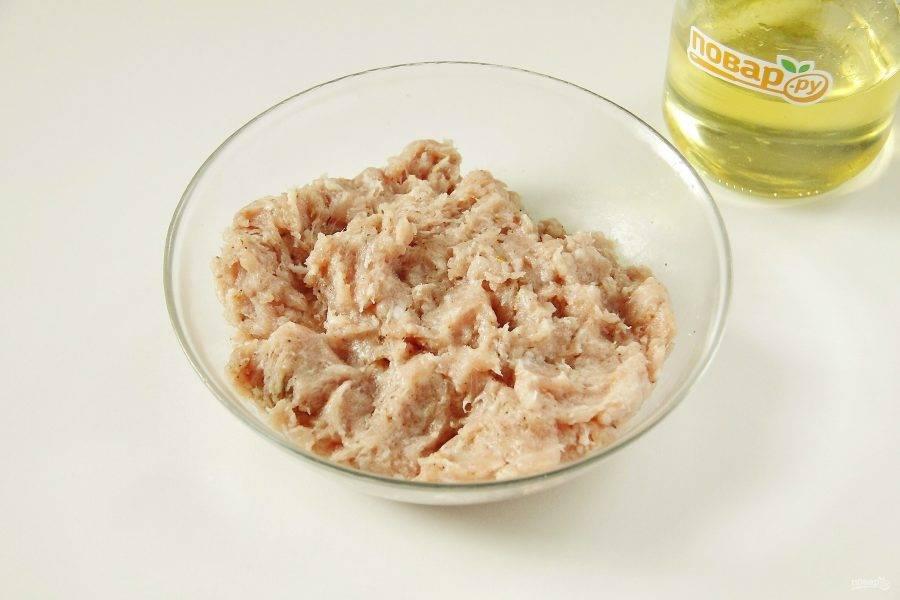 К фаршу добавьте соль, специи по вкусу и хорошо перемешайте. Если любите добавлять к фаршу лук, хлеб, яйца и т.п., готовьте так, как Вам нравится, здесь это допускается.