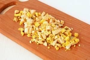 Итак, приступим к готовке салата. Для начала отварите яйца, остудите и очистите от скорлупы. А теперь нарежем их средними кубиками.