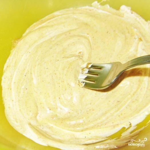1. Смешать в миске горчицу, майонез, приправу для курицы и соль.