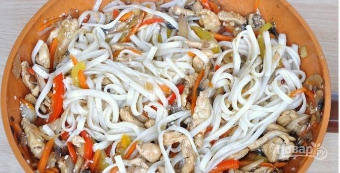 К овощам добавляем отваренную лапшу, тушим 2-3 минуты. Удон готов! Приятного аппетита!