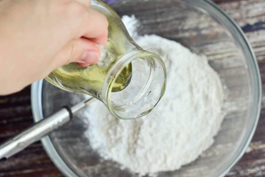 Влейте растительное масло.