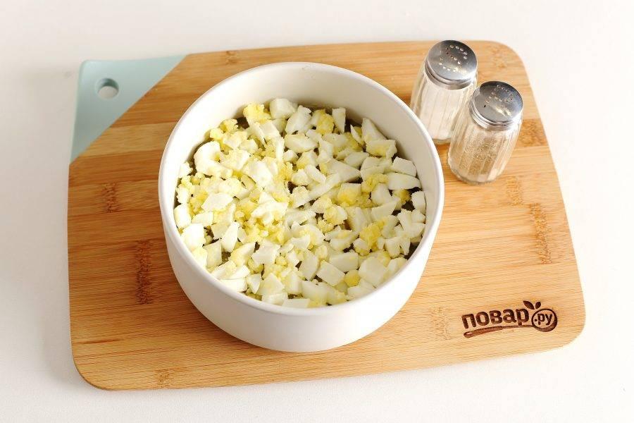 Третьим слоем выложите яйца. Смажьте яйца майонезом, посолите и поперчите.