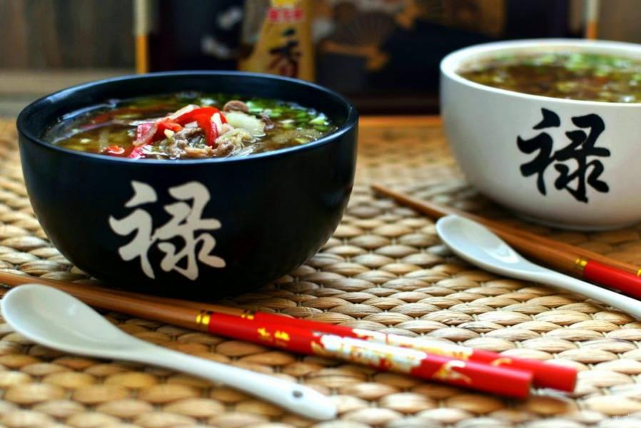 Хорошо перемешайте суп и залейте им лапшу с овощами в мисках. Подавайте сразу.