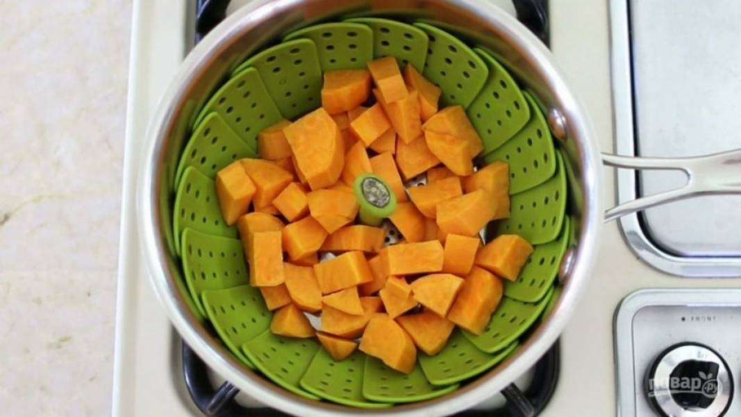 2. Затем приготовьте батат в пароварке или в кастрюле на пару. Варите его в течение 8 минут. В это же время отварите яйцо вкрутую.