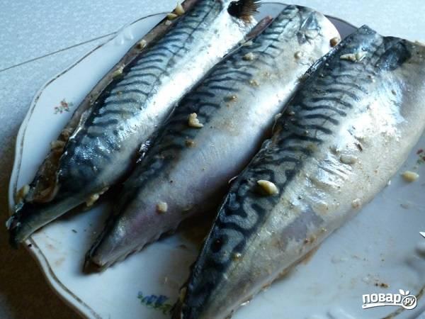 5. Небольшим количеством смажьте рыбу снаружи. Оставьте скумбрию мариноваться.