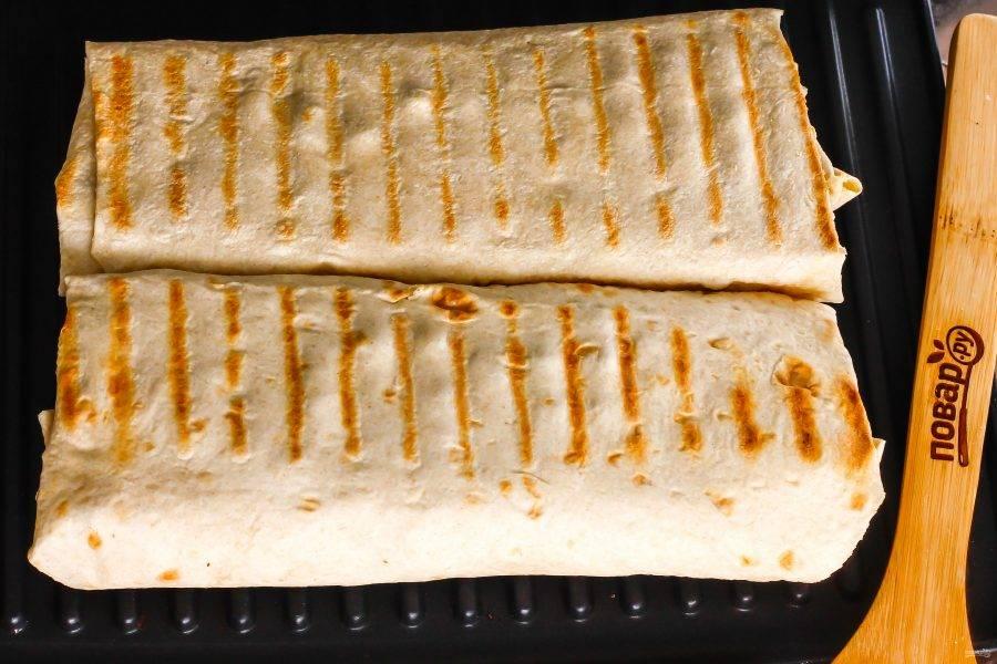 Разогрейте электрогриль или используйте сковороду-гриль, чтобы поджарить шаурму с обеих сторон примерно по 3 минуты.