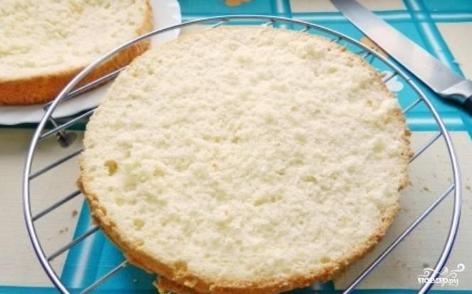 Готовый бисквит остудите и разрежьте на два коржа.
