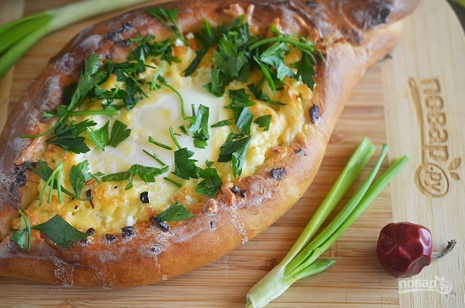 9. Доводим до желаемой готовности яйца, кладем в начинку по кусочку сливочного масла. При подаче посыпаем зеленью.