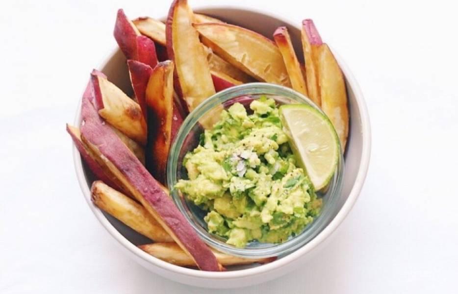4.Переложите готовый батат в тарелку и подавайте сразу с приготовленным соусом.