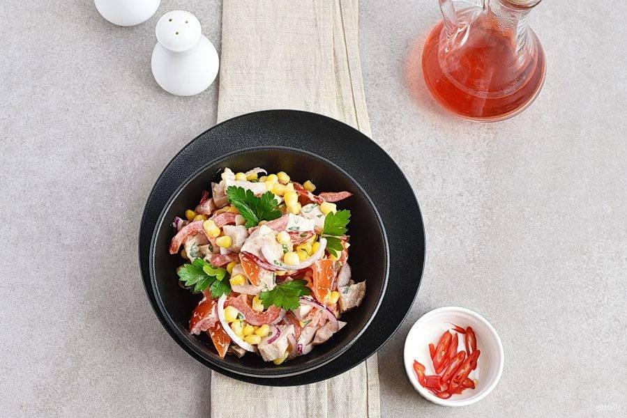Соедините салат с заправкой и перемешайте. Добавьте по вкусу острого перчика.