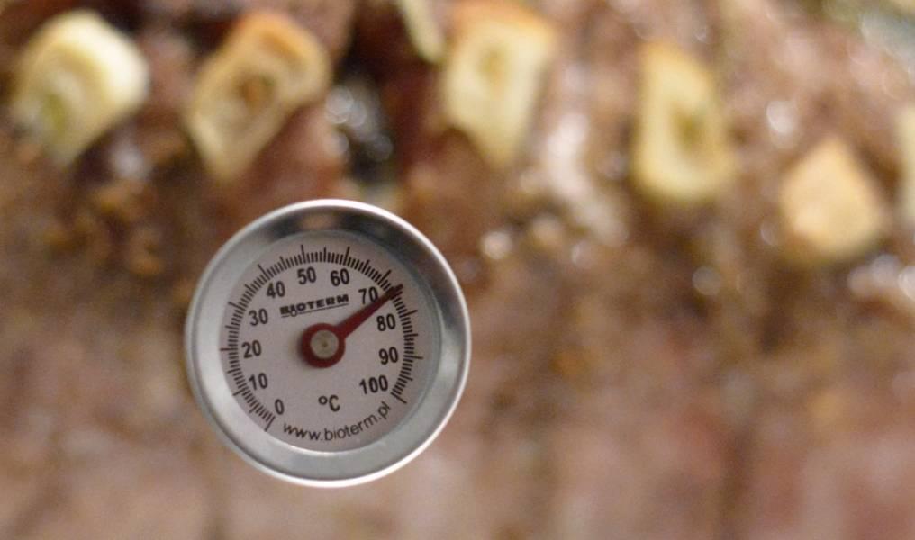 3. Духовку разогреваем до 220 градусов. В разогретую духовку отправляем мясо и сразу же понижаем температуру до 160 градусов. Если у вас есть термометр, то заканчиваем печь мясо, когда он покажет 70-75 градусов. Если термометра нет, то мясо выпекаем из расчета - 30 минут на 450 г мяса плюс 25 минут. Т.е. килограмм выпекаем полтора часа.