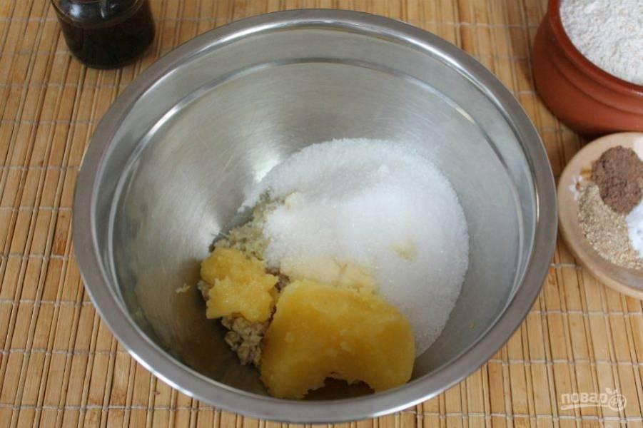 Далее, насыпаем соль, сахар и добавляем мед.