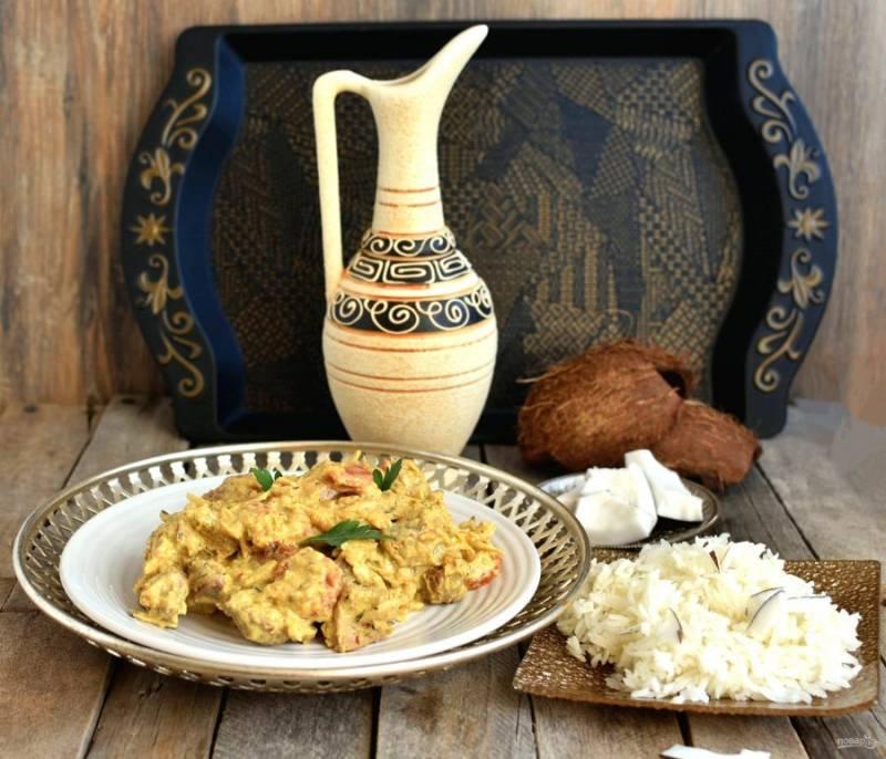 """На гарнир сварите рассыпчатый рис сорта """"Жасмин"""" или """"Басмати"""". Подавайте карри отдельно от риса, украсив еду кусочками  свежего кокоса."""