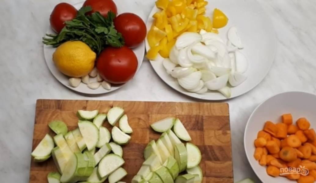 1. Морковь нарежьте крупными кружочками, перец и репчатый лук нарежьте также крупными кусочками. Кабачки нарежьте полукольцами, а чеснок измельчите ножом.