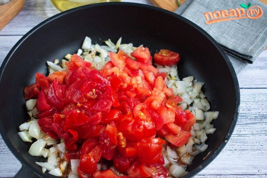 Добавьте измельченные помидоры, соль, перец, готовьте до размягчения помидор. Примерно 10 минут.