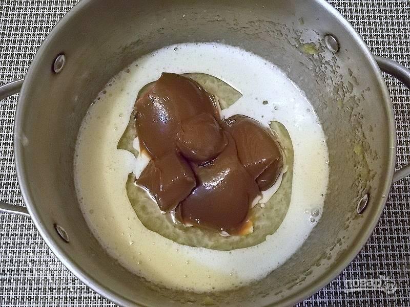 Влейте масло и добавьте сгущенку. Перемешайте до однородного состояния.