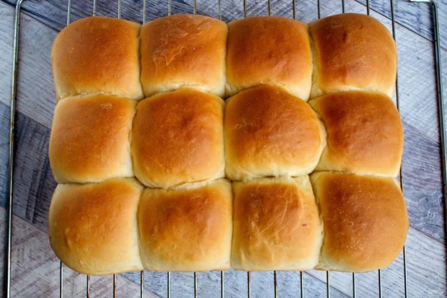 Накройте горячие булочки х/б полотенцем, переверните их на полотенце, а затем на решетку до полного остывания.