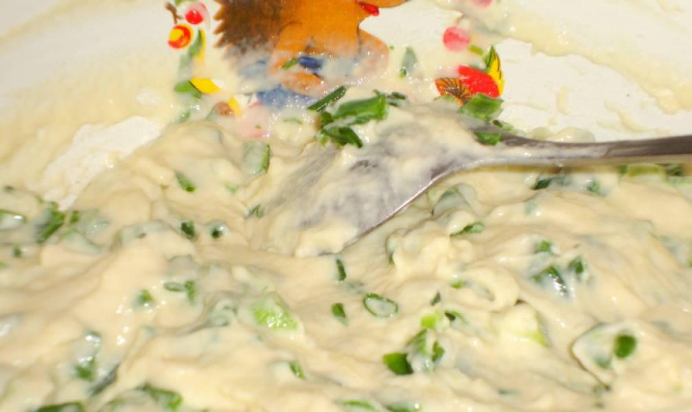 Добавляем в тесто зеленый лук, еще раз хорошенько перемешиваем.