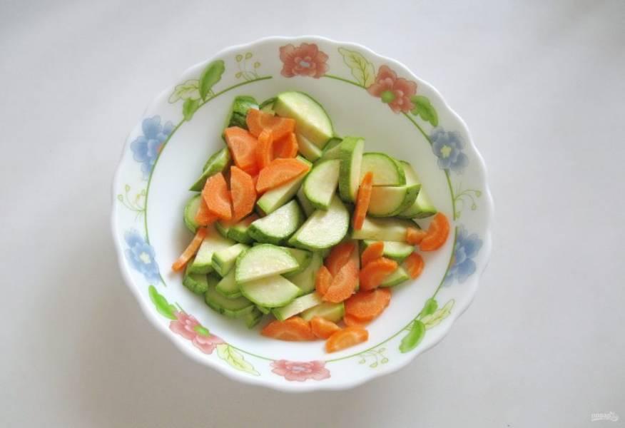 Морковь очистите, помойте и нарежьте. Добавьте к кабачкам.